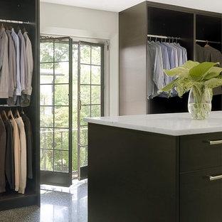 Diseño de armario vestidor unisex, contemporáneo, de tamaño medio, con puertas de armario negras, armarios con paneles lisos y suelo de baldosas de cerámica