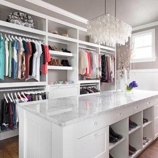 Ispirazione per uno spazio per vestirsi unisex chic di medie dimensioni con ante in stile shaker, ante bianche e pavimento in legno massello medio