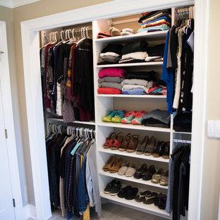 Ejemplo de armario unisex, clásico renovado, de tamaño medio, con armarios abiertos, puertas de armario blancas y suelo de travertino
