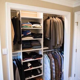 Modelo de armario unisex, tradicional renovado, de tamaño medio, con armarios abiertos, puertas de armario blancas y suelo de travertino
