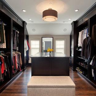 Неиссякаемый источник вдохновения для домашнего уюта: парадная гардеробная в стиле современная классика с темным паркетным полом и черными фасадами