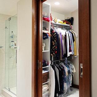 Mittelgroßer, Neutraler Moderner Begehbarer Kleiderschrank mit offenen Schränken, weißen Schränken und Keramikboden in Washington, D.C.