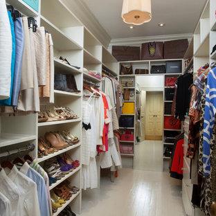 Idéer för ett klassiskt walk-in-closet för kvinnor, med öppna hyllor, vita skåp och målat trägolv