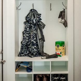 Modelo de armario unisex, clásico renovado, pequeño, con suelo de madera en tonos medios, suelo gris, armarios abiertos y puertas de armario blancas