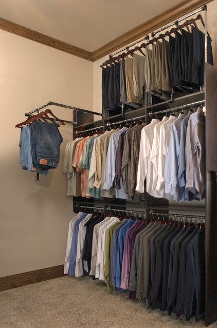 Modern Closet by Tailored Living North Vancouver