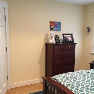 Foto de armario unisex, actual, de tamaño medio, con armarios con paneles con relieve, puertas de armario blancas, suelo de corcho y suelo beige