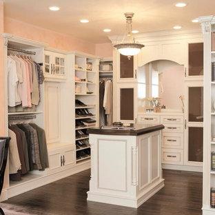 Diseño de armario vestidor de mujer, romántico, grande, con armarios abiertos, puertas de armario blancas, suelo de madera oscura y suelo marrón