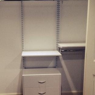 Foto de armario unisex, tradicional renovado, de tamaño medio, con armarios con paneles lisos, puertas de armario blancas y suelo de linóleo