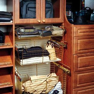 Modelo de armario vestidor de hombre, tradicional, de tamaño medio, con armarios con paneles con relieve, puertas de armario de madera en tonos medios, moqueta y suelo azul