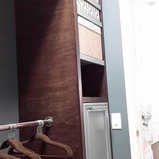 Foto di armadi e cabine armadio eclettici con ante con riquadro incassato e ante marroni