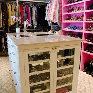 Immagine di una grande cabina armadio per donna design con ante lisce, ante bianche e moquette
