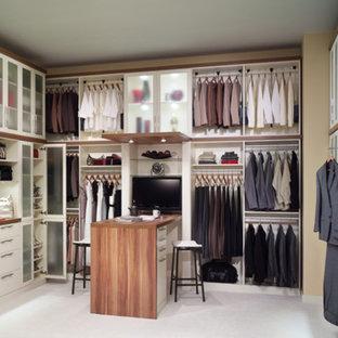 Inspiration för ett stort vintage walk-in-closet för könsneutrala, med luckor med glaspanel, vita skåp, heltäckningsmatta och vitt golv