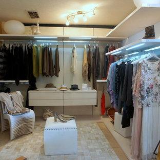 Idéer för stora funkis walk-in-closets för könsneutrala, med öppna hyllor, vita skåp och kalkstensgolv