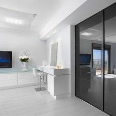 Modern Closet by Elad Gonen