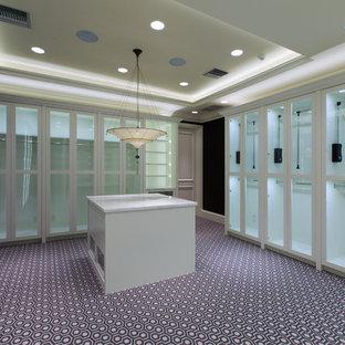 Esempio di un'ampia cabina armadio per donna classica con ante di vetro, ante bianche e moquette