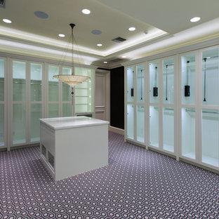 Imagen de armario vestidor de mujer, tradicional renovado, extra grande, con armarios tipo vitrina, puertas de armario blancas y moqueta