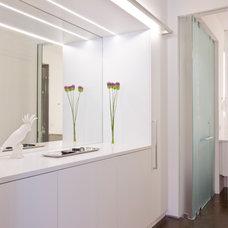 Contemporary Closet by Ernesto Santalla PLLC