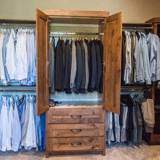 Diseño de vestidor de hombre, rural, grande, con armarios con paneles lisos, puertas de armario de madera oscura, moqueta y suelo beige