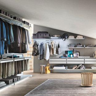 Modelo de armario y vestidor minimalista, grande, con suelo de madera clara
