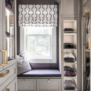 Diseño de vestidor de mujer, clásico renovado, con armarios tipo vitrina, moqueta y suelo gris