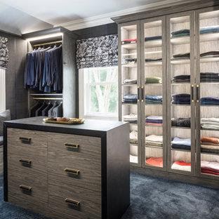 ニューヨークの男性用トランジショナルスタイルのおしゃれなフィッティングルーム (ガラス扉のキャビネット、カーペット敷き、青い床) の写真