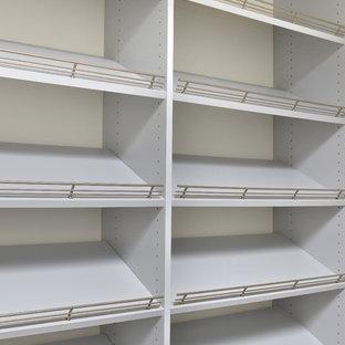 Bild på ett stort funkis walk-in-closet för könsneutrala, med vita skåp