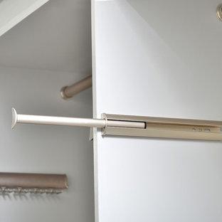 Modelo de armario vestidor unisex, contemporáneo, grande, con puertas de armario blancas