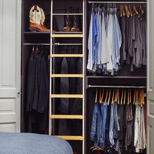 Foto di un armadio o armadio a muro per uomo vittoriano di medie dimensioni con parquet scuro e pavimento marrone
