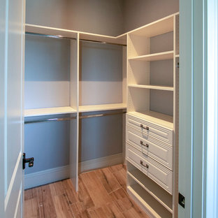 Modelo de armario clásico, pequeño, con suelo de travertino y suelo beige