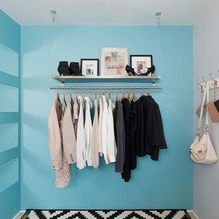 Idée de décoration pour un dressing room design de taille moyenne avec moquette.