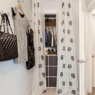 Esempio di un armadio o armadio a muro minimal di medie dimensioni con moquette