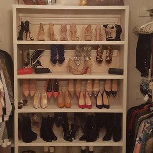 Idee per uno spazio per vestirsi per donna stile shabby di medie dimensioni con nessun'anta, ante bianche, moquette e pavimento beige