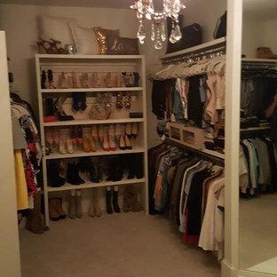 Modelo de vestidor de mujer, romántico, de tamaño medio, con armarios abiertos, puertas de armario blancas, moqueta y suelo beige