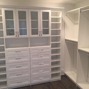 Ejemplo de armario vestidor unisex, grande, con armarios estilo shaker y puertas de armario blancas