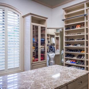 Diseño de armario vestidor unisex, clásico renovado, extra grande, con armarios con paneles con relieve, puertas de armario beige y moqueta