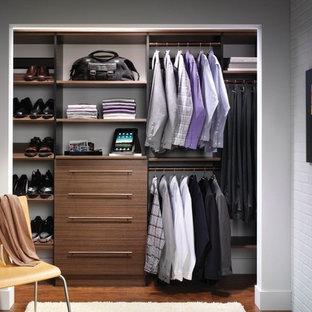 Ispirazione per un armadio o armadio a muro unisex chic di medie dimensioni con nessun'anta, ante in legno scuro e pavimento in legno massello medio
