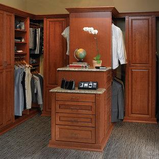 Modelo de vestidor unisex, clásico, grande, con armarios con paneles con relieve, puertas de armario de madera en tonos medios y moqueta