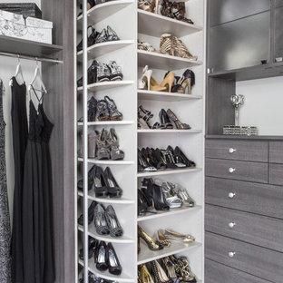 Inredning av ett modernt mellanstort omklädningsrum för kvinnor, med släta luckor, grå skåp och heltäckningsmatta