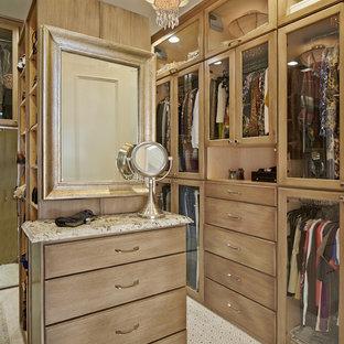 Modelo de vestidor clásico con puertas de armario de madera oscura