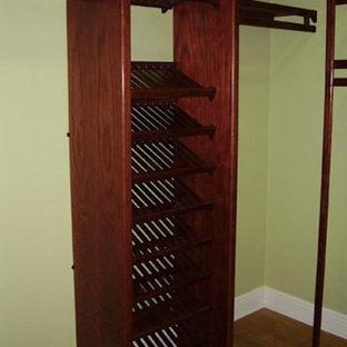 Ispirazione per una cabina armadio unisex con nessun'anta, ante in legno bruno e moquette
