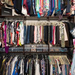 Foto de armario vestidor de mujer, mediterráneo, de tamaño medio, con suelo de travertino y suelo beige