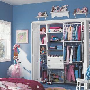 Imagen de armario vestidor unisex, tradicional renovado, grande, con armarios abiertos, puertas de armario de madera oscura y moqueta