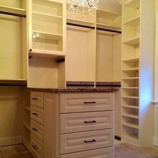 Foto de armario vestidor unisex, grande, con armarios con paneles con relieve, puertas de armario blancas y suelo de contrachapado