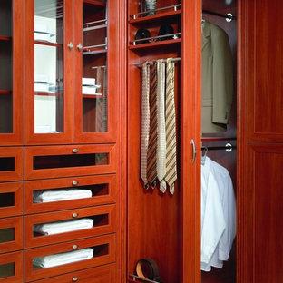 Ispirazione per un grande spazio per vestirsi classico con moquette, ante in stile shaker e ante in legno bruno