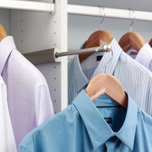 Imagen de armario vestidor unisex, actual, de tamaño medio, con armarios con paneles lisos, puertas de armario blancas, moqueta y suelo gris