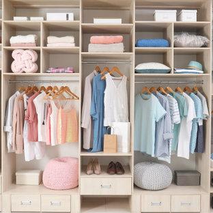 Foto de armario y vestidor unisex, contemporáneo, de tamaño medio, con armarios abiertos y puertas de armario blancas