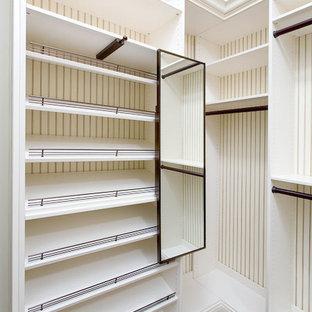Idéer för att renovera ett stort lantligt walk-in-closet för könsneutrala, med vita skåp och mellanmörkt trägolv