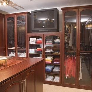 Ejemplo de armario vestidor unisex, tradicional, grande, con armarios con paneles con relieve, puertas de armario de madera en tonos medios y moqueta