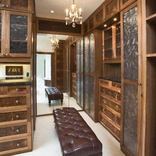 Ispirazione per un'ampia cabina armadio chic con ante in stile shaker, moquette e ante marroni