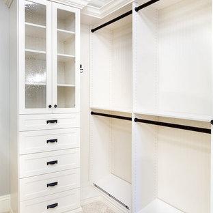 Exempel på ett mycket stort amerikanskt walk-in-closet för könsneutrala, med skåp i shakerstil, vita skåp och heltäckningsmatta